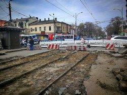 """В Одессе уже демонтируют старые рельсы с улицы Преображенской около """"Привоза"""" (ФОТО)"""
