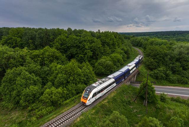 Опубликованы красивые фото нового дизель-поезда в Карпатах