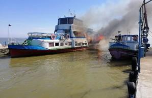 В Белгороде-Днестровском загорелся пассажирский прогулочный катер