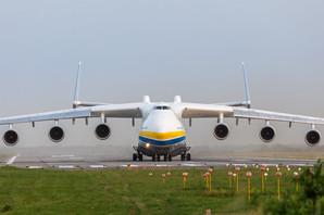 Показали, как самый большой в мире самолет улетает из Киева в Великобританию через Пакистан (ФОТО)