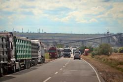 Автодорога Одесса - Южный забита грузовиками-зерновозами (ФОТО)