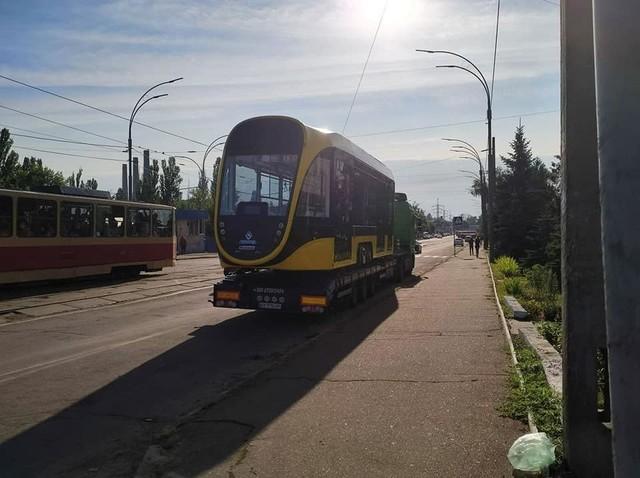 """В Киев привезли низкопольный трамвай """"Татра-Юг"""" (ФОТО)"""